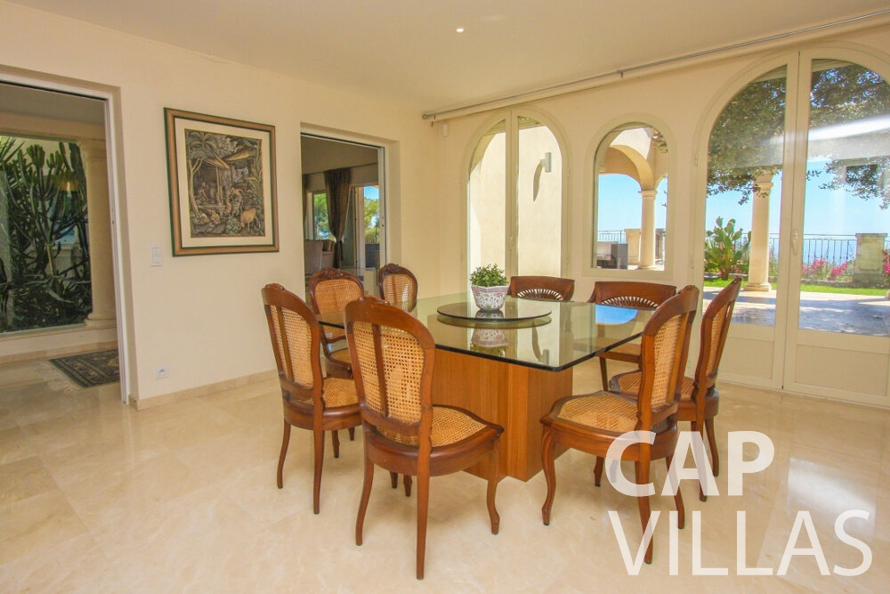 rent Villa Camellia cap dail dining table