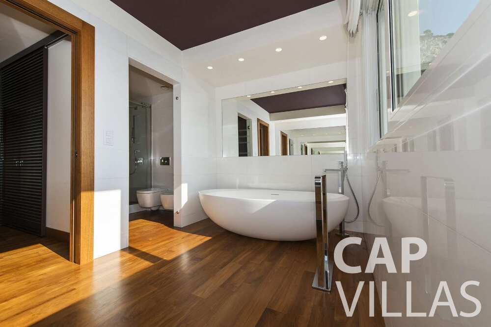 holiday house for sale villefranche bathtub