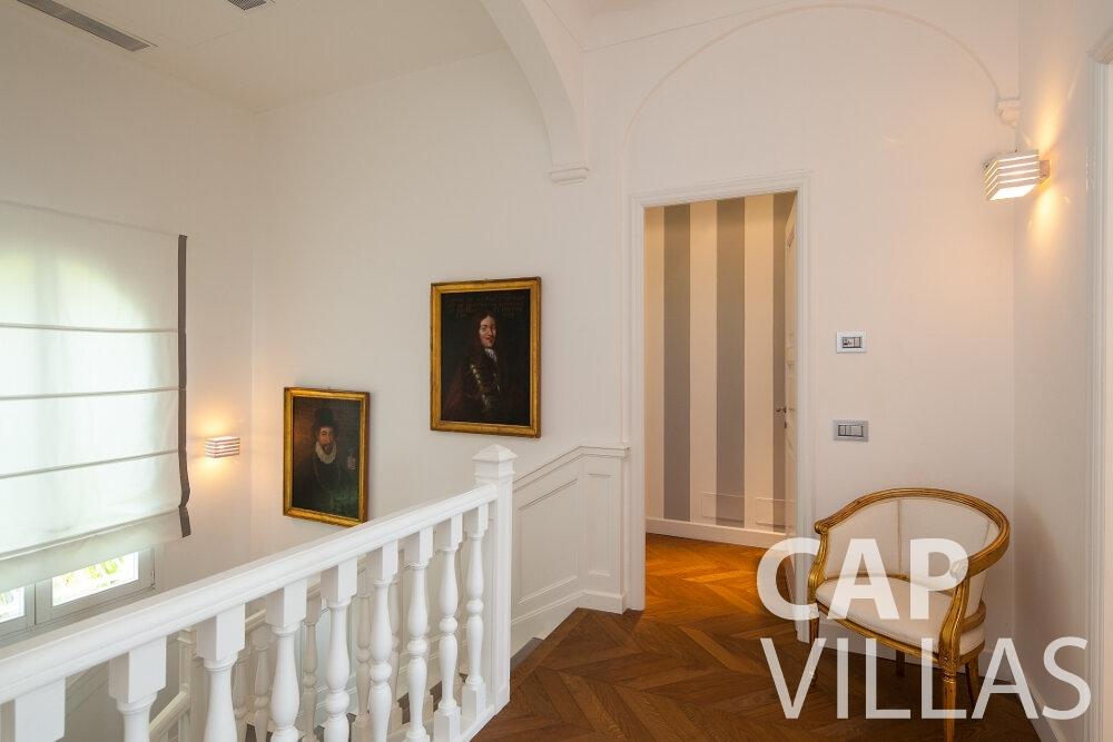 rent Villa Senna villefranche hallway