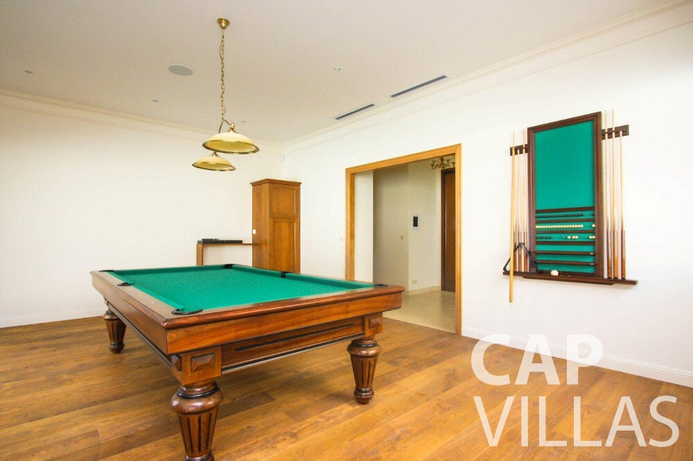 rent Villa Iris cap dail pool table