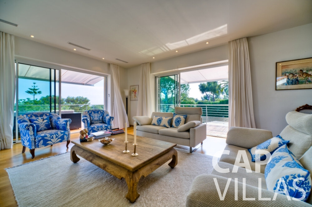 let Villa Tulip cap ferrat living room
