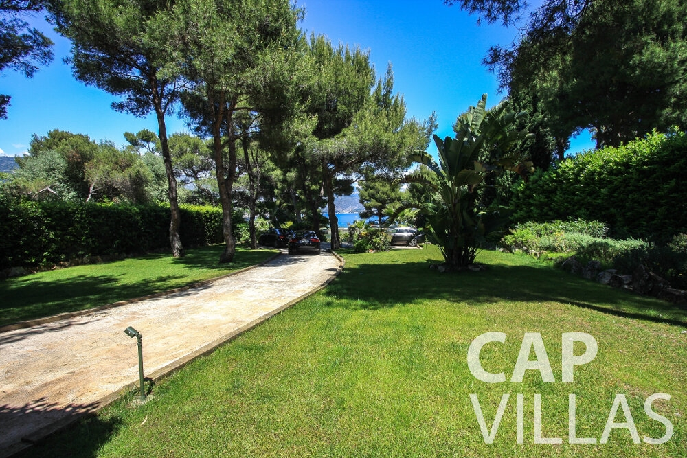 rent Villa Petal cap de nice driveway