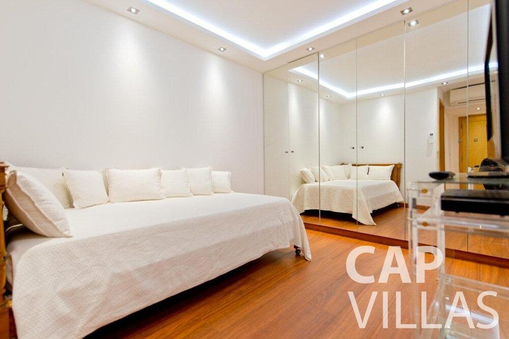 let Villa Violet cap ferrat bedroom