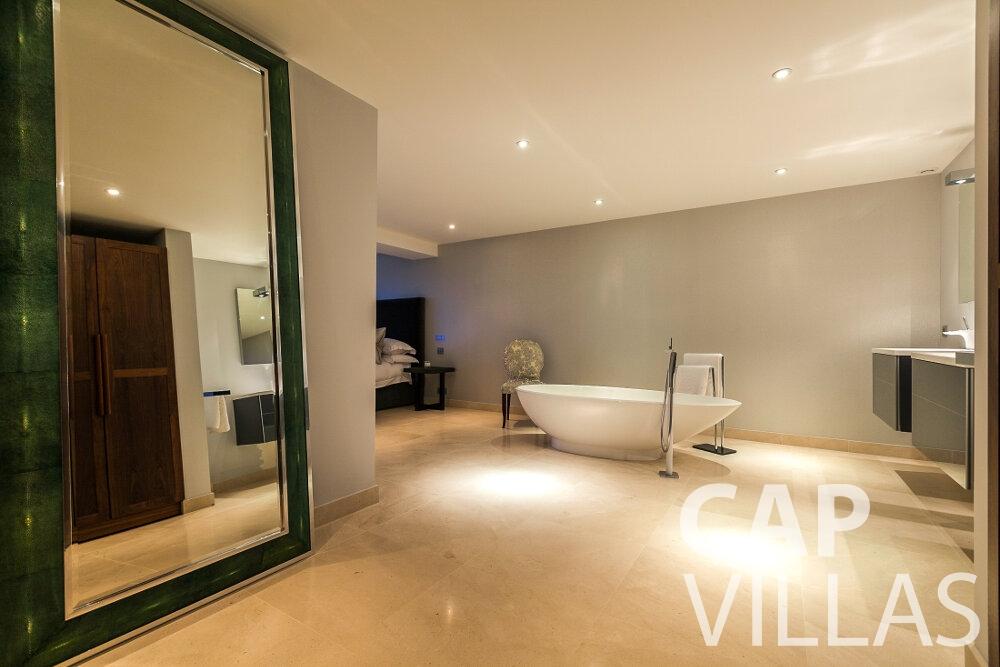 rent Villa Rose villefranche bathtub