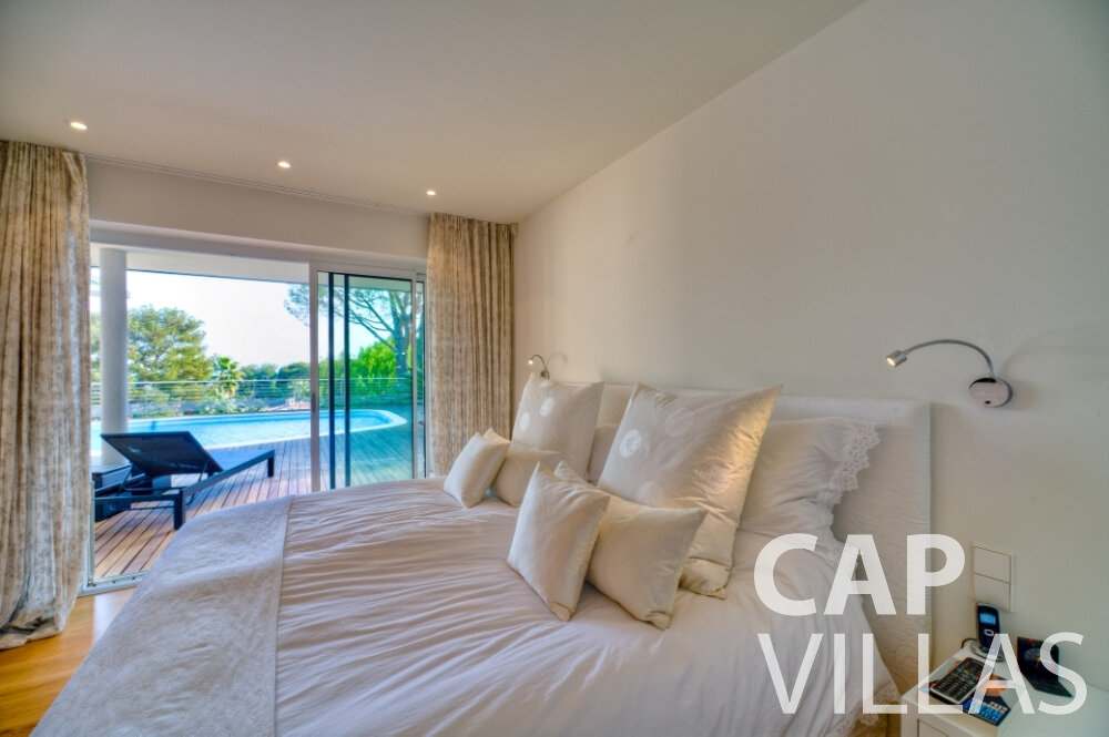 villa for sale cap ferrat master bedroom