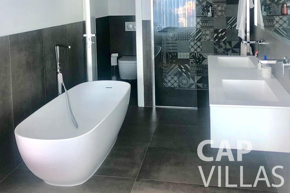 Villa Michelina for rent eze sur mer michelina batoom tub